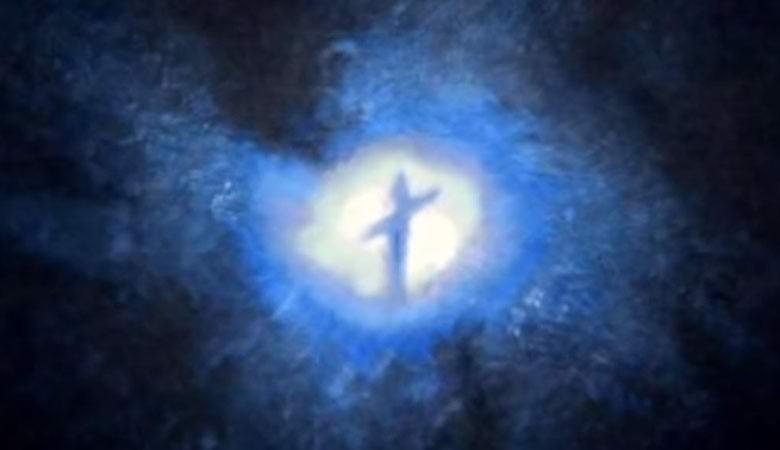 Сфотографирован «крест» или «гуманоидный силуэт» в центре далекой галактики