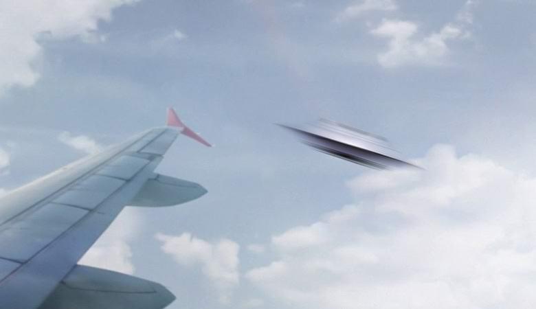 Необычный НЛО сняли из окна самолета