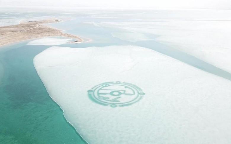 В Китае кто-то разрисовал озеро