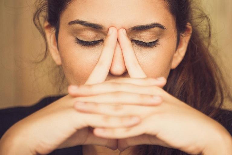 Почему люди трогают свое лицо