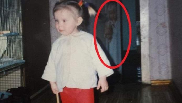 На старой детской фотографии обнаружили привидение
