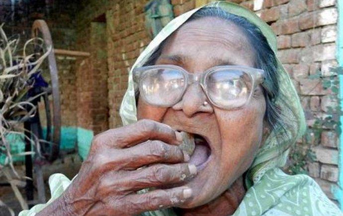 Женщина, которая в течение 80-ти лет каждый день съедает по килограмму песка (2 фото)