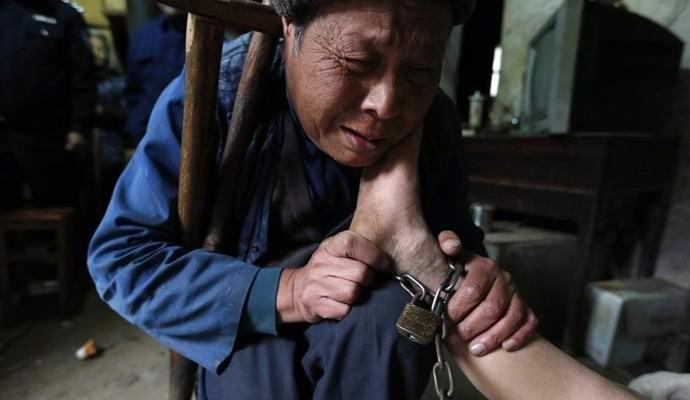 Китайские супруги 30 лет держали «проклятого» сына взаперти