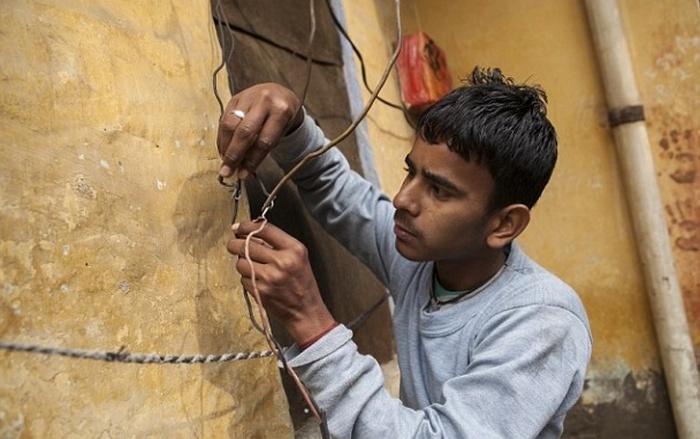 «Электрический» индийский парень