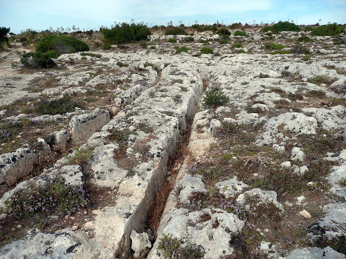 Древнейшие каменные колеи Мальты, неизвестно кем и для чего созданные
