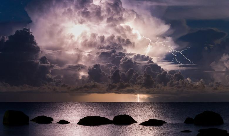 НЛО вылетел во время грозы из Балтийского моря