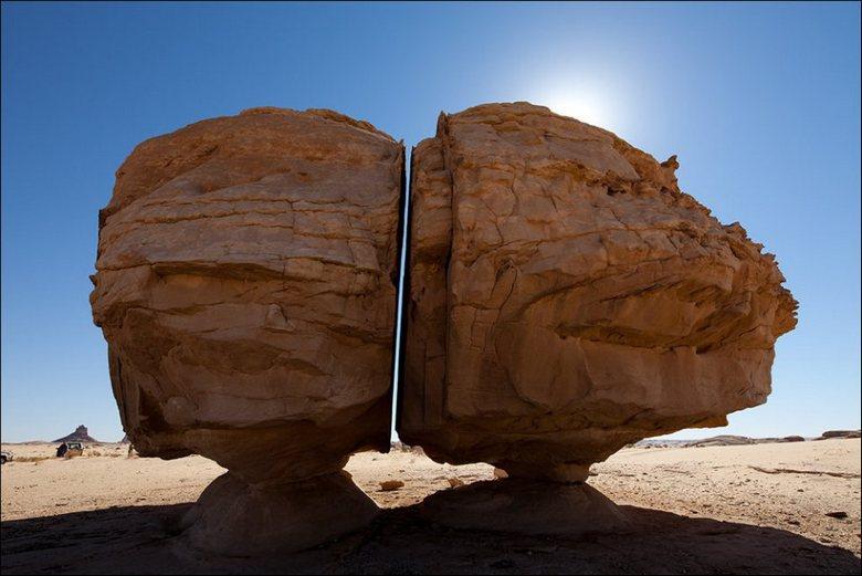 Древний камень, разрезанный таинственным образом пополам