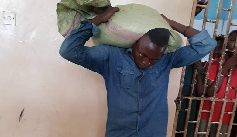 К мужчине мистически прилип украденный им мешок кукурузы