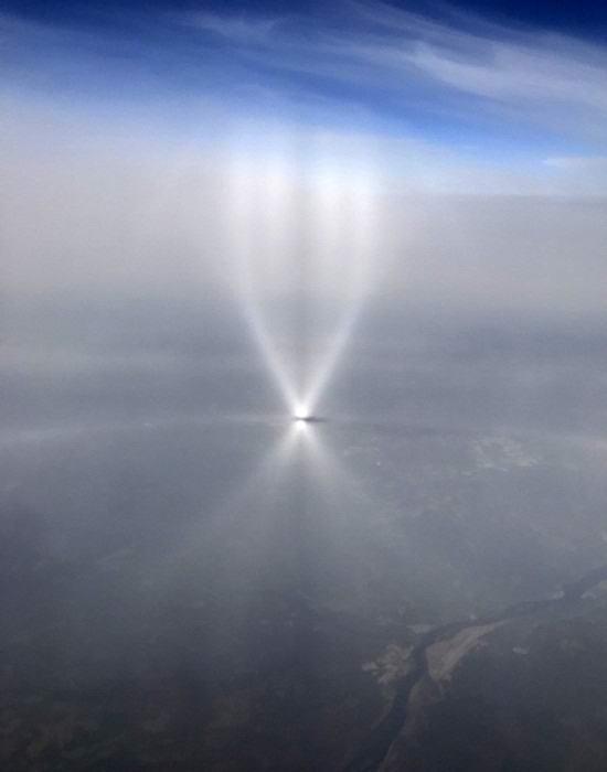 Норвежец снял на видео из окна самолета нечто загадочное