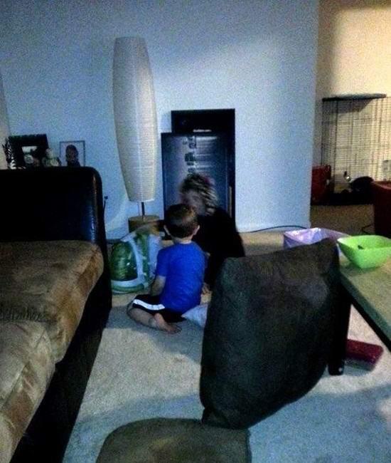 На пугающем фото: «призрак женщины» играет с мальчиком