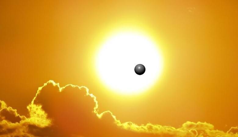 """Загадочная темная сфера пролетела на фоне солнца"""" />"""