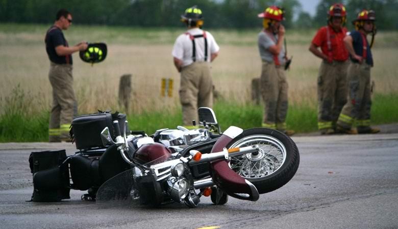 Мотоцикл появился из «ниоткуда» на дороге, спровоцировав аварию