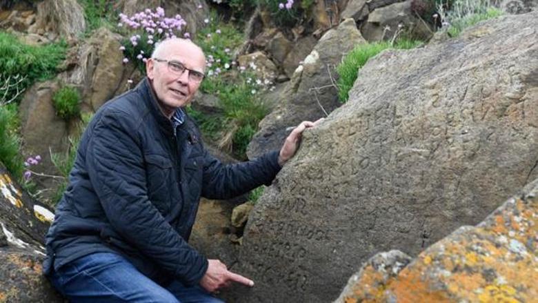 """Разгадавшему средневековую надпись на камне обещают награду"""" />"""