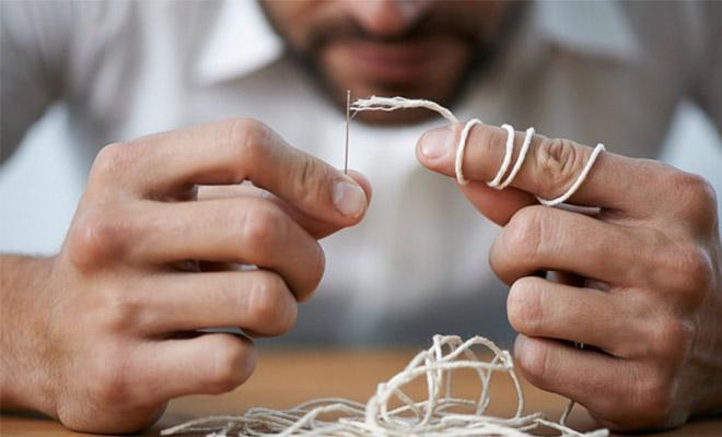 Учимся легко продевать нитку в ушко иголки – бережем нервы и экономим время