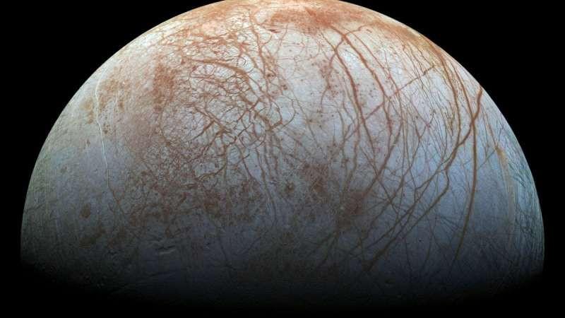 Спутник Юпитера сбрасывает воду в космос