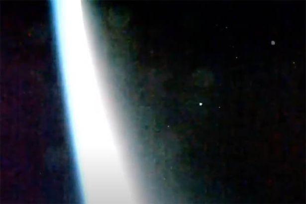 Камера МКС запечатлела «армаду НЛО», улетающих с Земли (ВИДЕО)