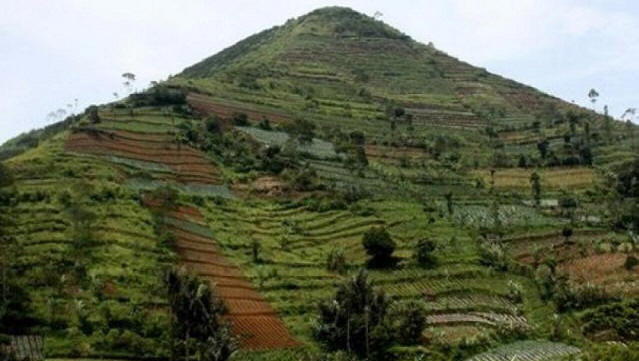 Индонезийская пирамида Гунунг-Паданг выше египетской в 1,3 раза, а старше в 5