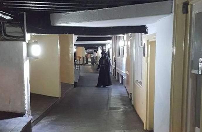 Жителей Честера пугает зловещий чумной доктор (2 фото)