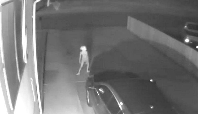 Странное видео с гуманоидом возле машины широко обсуждается в Сети