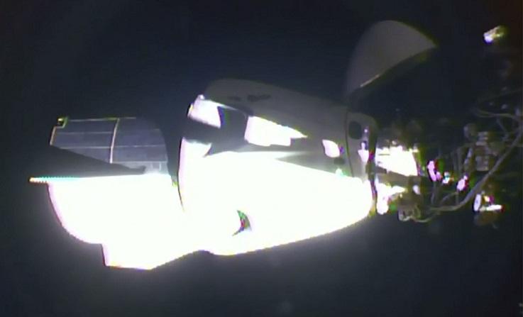 Камера МКС запечатлела два НЛО возле корабля Dragon SpaceX