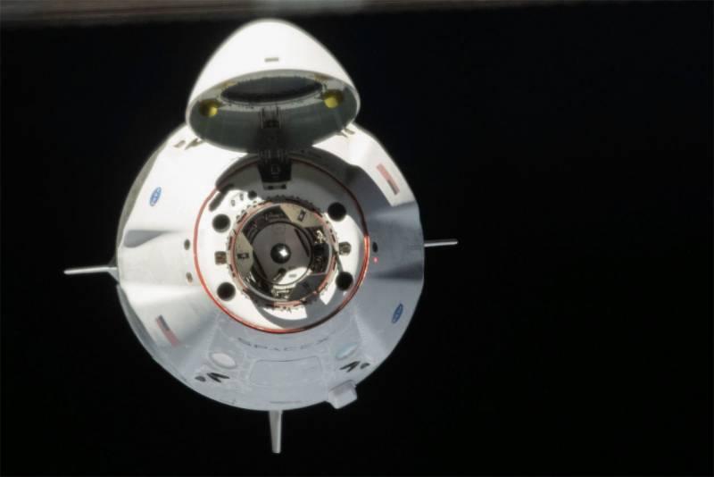Космический корабль от SpaceX задерживается на орбите