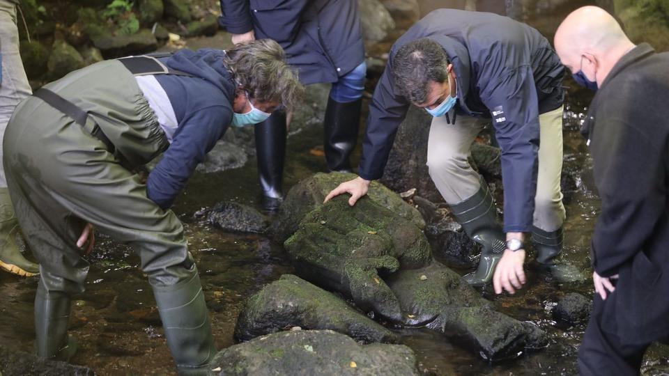 Испанец случайно обнаружил в реке статую Девы Марии