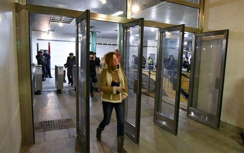 Почему на входе в метро установили такие неудобные двери