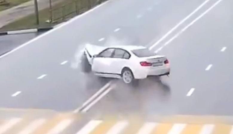 Машины врезаются в невидимые преграды на загадочном видео
