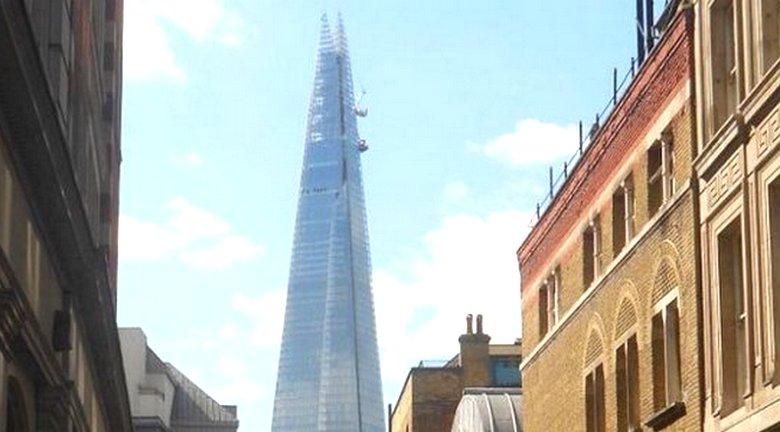 Таинственный «человек-паук» взбирается на самое высокое здание Лондона
