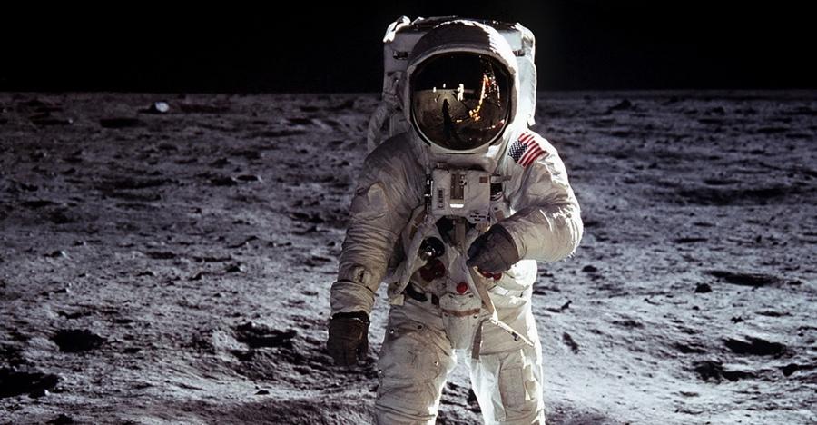 Пятьдесят лет назад астронавты США якобы высадились на поверхность Луны: сколько американцев верят в это сегодня