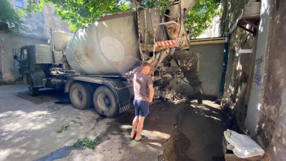 Жильцы проучили чиновника и залили бетоном его бизнес