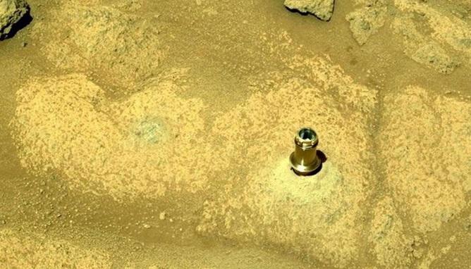 Торчащая из скалы на Марсе деталь удивила пользователей Сети