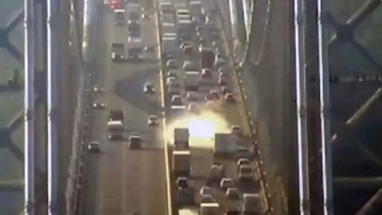 На мосту в США возникло загадочное светящееся облако