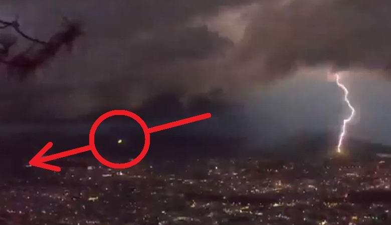 Зеленый сферический объект пролетел над Мексикой во время грозы