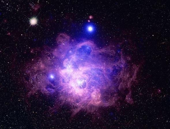 NASA показало снимок соседней галактики, в которой около 200 молодых звезд