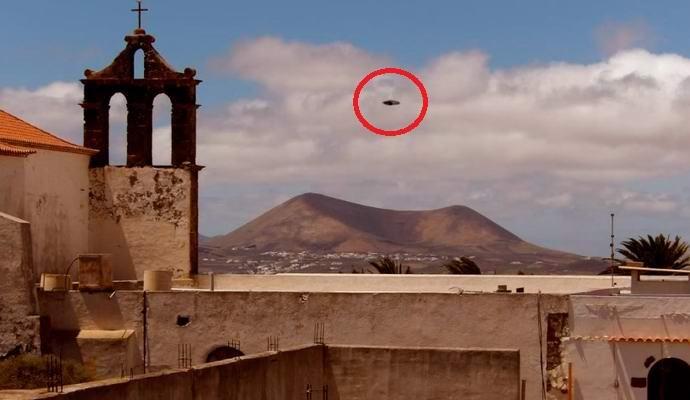 На Канарах замечена летающая тарелка, выпустившая беспилотный НЛО (3 фото)