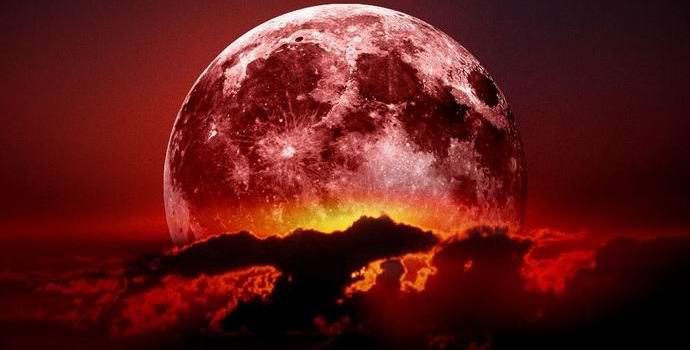На фоне красной луны были замечены три НЛО