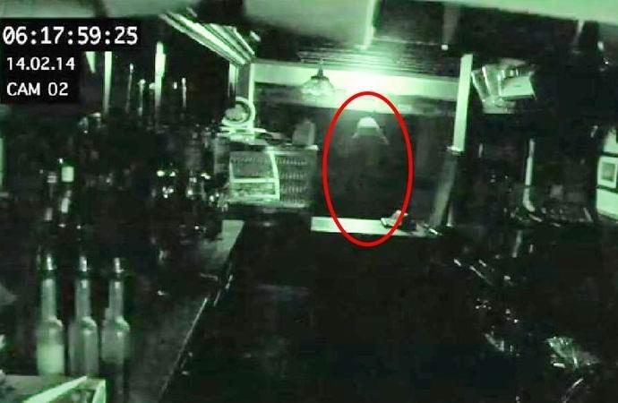 У владельца английского паба украли привидение (3 фото)