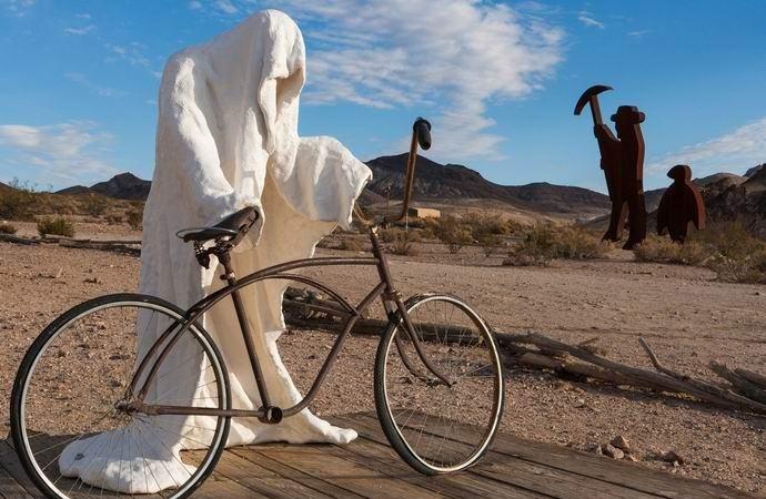 На видео сняли, как призрак крутит педали велосипеда