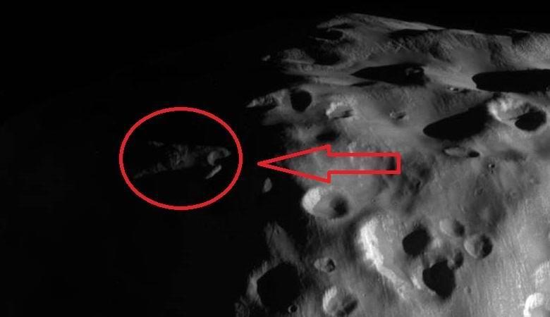 На спутнике Сатурна заметили обломки гигантского НЛО?