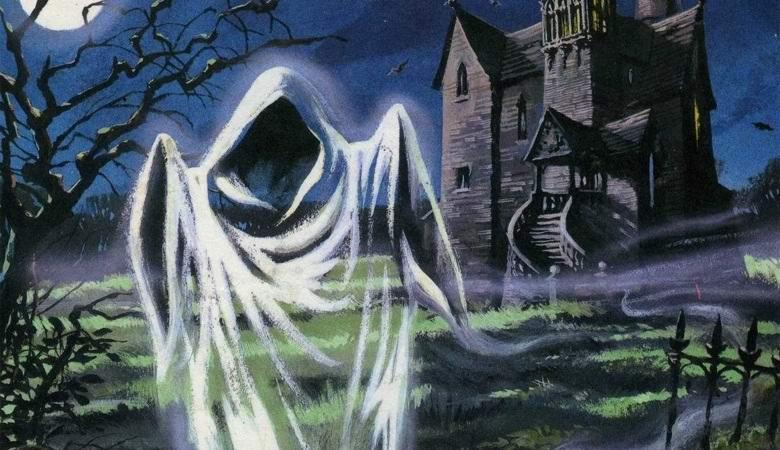 Белая призрачная фигура, разгуливавшая возле дома, попала в объектив камеры видеонаблюдения