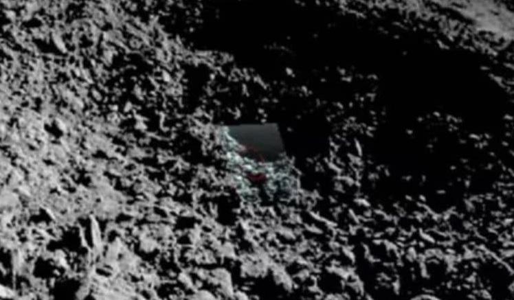 Китайский луноход сделал новые снимки непонятного вещества на обратной стороне Луны