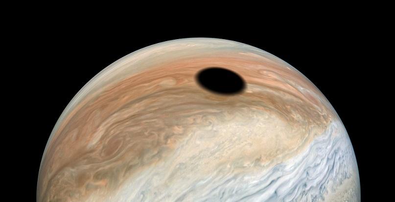 Зонд запечатлел тень Ио, отбрасываемую на поверхность Юпитера