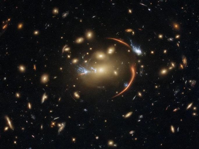 Хаббл «увидел» далекую галактику через космическую лупу