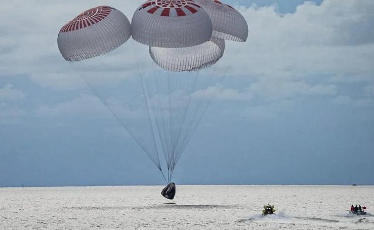 Экипаж SpaceX вернулся на Землю, успешно завершив свою миссию на орбите (ВИДЕО)