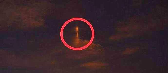 Над вечерним Оренбургом сфотографировали НЛО в виде сияющего столба