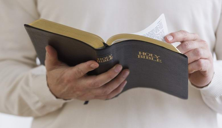 Незнакомец, читающий Библию в поезде, ужаснул лондонцев