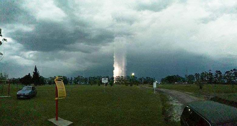 Загадочный световой столб возник над Аргентиной