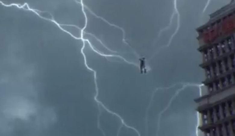 Парящий в небе человек притягивает молнии?