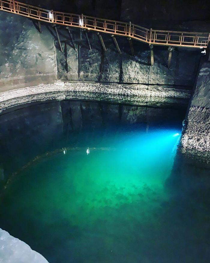 Удивительная соляная шахта с озерами и часовнями из соли находится в Польше